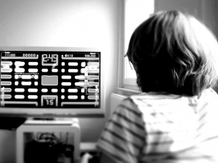 1280px-Girl_plays_Pac_Man